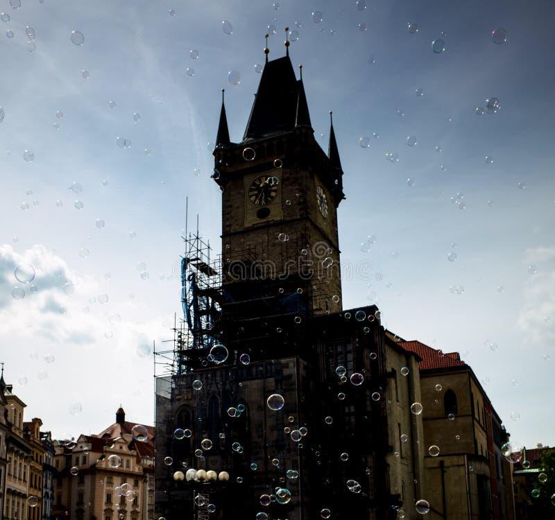 Φυσαλίδες σαπουνιών πέρα από τη σκιαγραφία του αστρονομικού ρολογιού στην Πράγα στοκ εικόνες