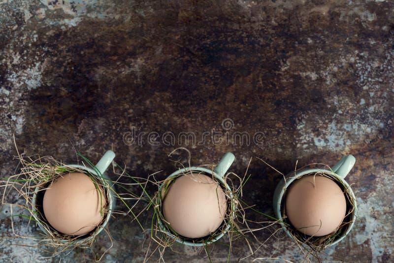 Φυσικά αυγά Πάσχας στα πράσινα φλυτζάνια espresso, ευτυχής έννοια Πάσχας, αναδρομικό υπόβαθρο Πάσχας στοκ φωτογραφία με δικαίωμα ελεύθερης χρήσης