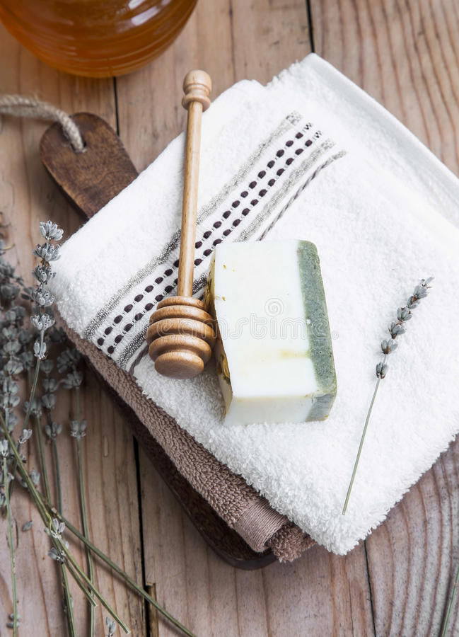 Φυσικά γάλα αιγών, μέλι και lavender σαπούνι με τις πετσέτες βαμβακιού στοκ φωτογραφία με δικαίωμα ελεύθερης χρήσης
