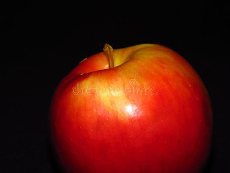 Φυσικά οργανικά υγιή φρούτα Κλείστε επάνω ενός ώριμου κόκκινου juicy μήλου στο μαύρο υπόβαθρο στοκ εικόνες