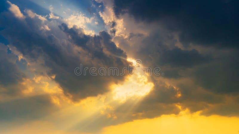 Φυσικά σύννεφα και sunrays υπόβαθρο ουρανού σκηνής στοκ εικόνες