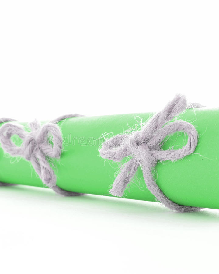 Φυσικά χειροποίητα τόξα σχοινιών που δένονται στον πράσινο κύλινδρο επιστολών στοκ εικόνα με δικαίωμα ελεύθερης χρήσης