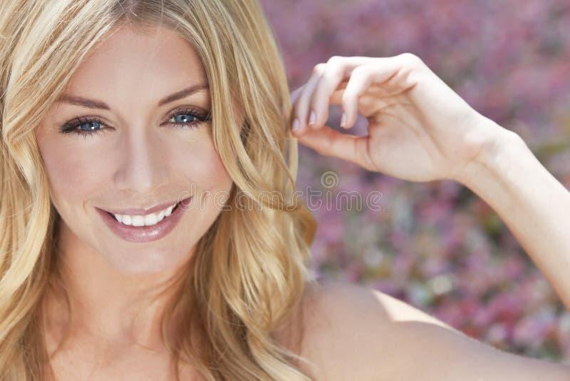 Φυσικά όμορφη ξανθή γυναίκα με τα μπλε μάτια στοκ εικόνα
