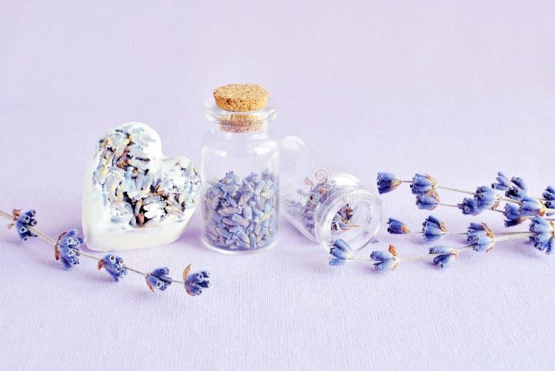 Φυσικά lavender SPA σαπούνι και λουλούδια στοκ φωτογραφίες με δικαίωμα ελεύθερης χρήσης