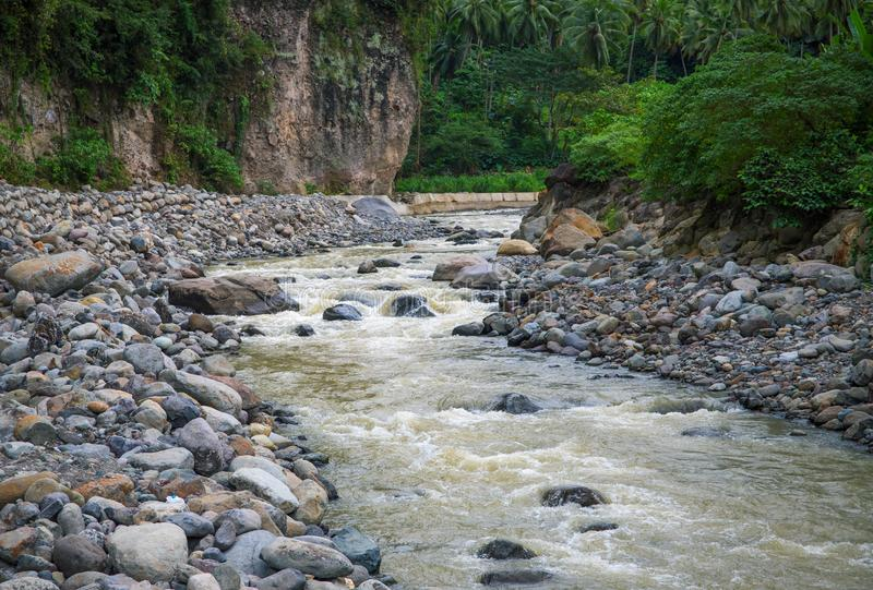 φυσικές πέτρες ποταμών βουνών ανασκόπησης τοπίο τροπικό Φρέσκος ποταμός στην κοίτη ποταμού πετρών στοκ εικόνες
