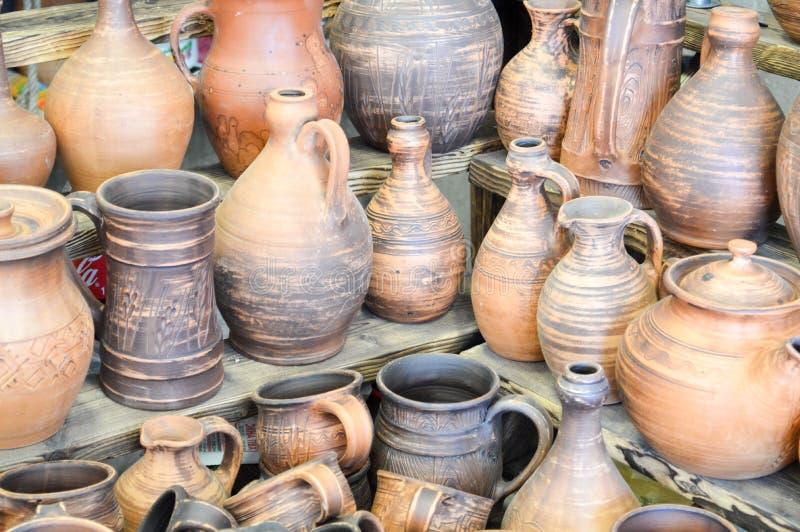Φυσικές παραδοσιακές αργίλου συσκευές κουζινών αγγειοπλαστικής όμορφες παλαιές, πιάτα, κανάτες, βάζα, δοχεία, κούπες εθνικό verdu στοκ φωτογραφία