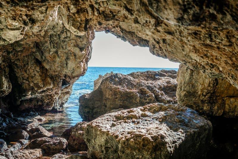 Φυσικές τεράστιες σπηλιές από το Di Σάντα Μαρία, Πούλια, Ιταλία Leuca στοκ εικόνα με δικαίωμα ελεύθερης χρήσης