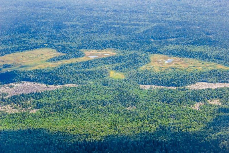 Φυσική άποψη από το highness του βουνού Όπως σε ένα αεροπλάνο και το κοίταγμα στο παράθυρο στοκ εικόνες με δικαίωμα ελεύθερης χρήσης