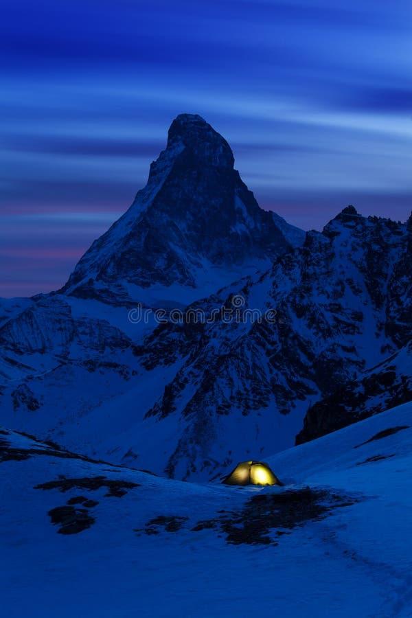 Φυσική άποψη κινηματογραφήσεων σε πρώτο πλάνο σχετικά με τη χιονώδη αιχμή Matterhorn στη νύχτα, αιχμή Matterhorn, Zermatt, Ελβετί στοκ φωτογραφίες