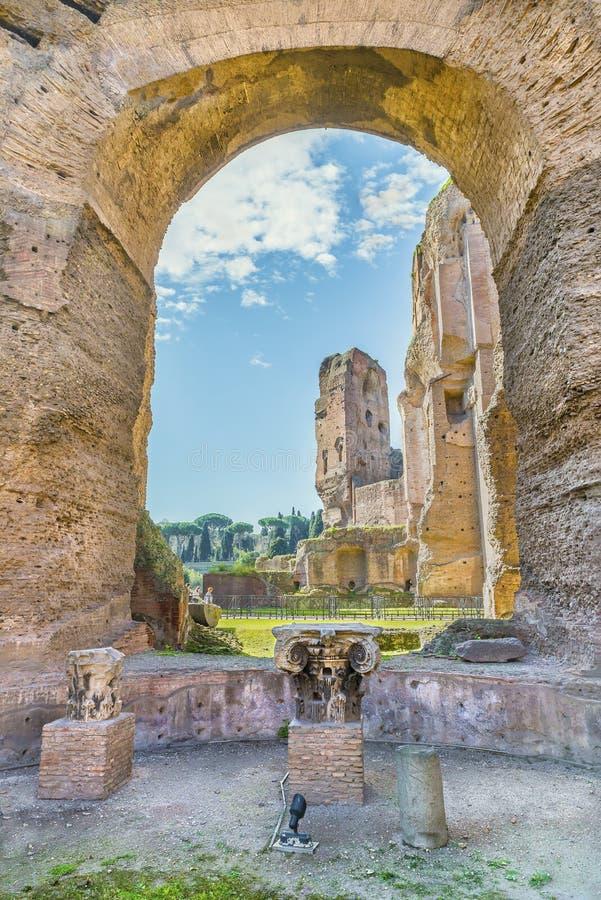 Φυσική άποψη μέσω της αψίδας και των στηλών στις καταστροφές των αρχαίων ρωμαϊκών λουτρών Caracalla στοκ φωτογραφία με δικαίωμα ελεύθερης χρήσης