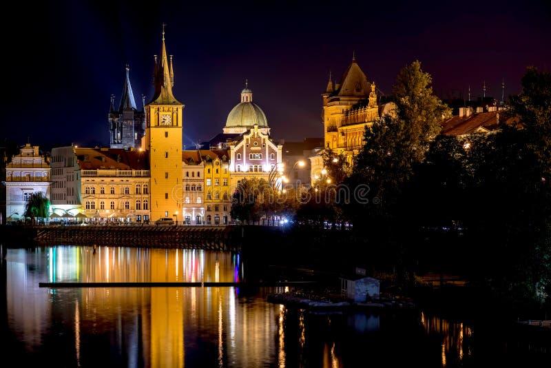 Φυσική άποψη νύχτας της γέφυρας και των κτηρίων του Charles κατά μήκος του Vlta στοκ φωτογραφίες
