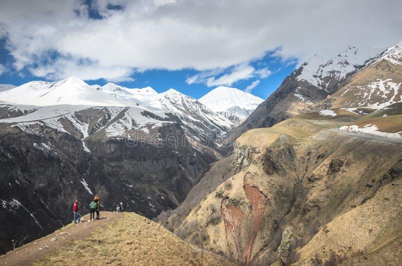 Φυσική άποψη σχετικά με τα βουνά Καύκασου στη Γεωργία Ένας μικρός ποταμός ρέει κάτω από το φαράγγι στοκ φωτογραφία