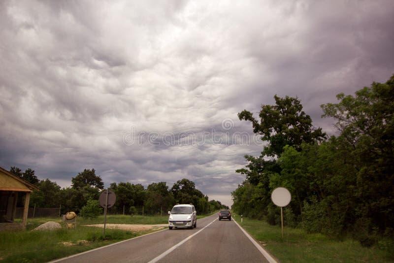 Φυσική άποψη σχετικά με τα συννεφιάζω σύννεφα πέρα από το δρόμο υψηλής ταχύτητας που οδηγεί κατευθείαν σε Istria, Κροατία, Ευρώπη στοκ εικόνα