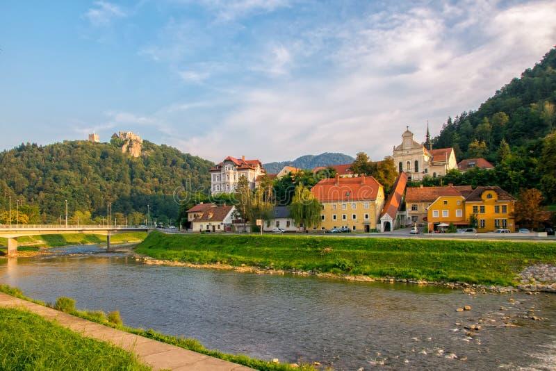 Φυσική άποψη σχετικά με τον ποταμό Savinja, Capuchin το μοναστήρι, τα σπίτια σε Breg και το λόφο κάστρων σε Celje, Σλοβενία στοκ φωτογραφίες