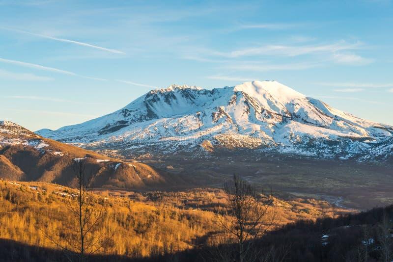 Φυσική άποψη της ΑΜ ST Helens με χιονισμένο το χειμώνα όταν τοποθετεί το ηλιοβασίλεμα, το εθνικό ηφαιστειακό μνημείο του ST Helen στοκ εικόνα