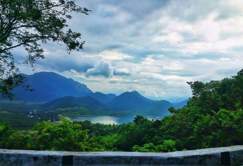 Φυσική άποψη της λίμνης και της πρασινάδας βουνών kodaikanal στοκ φωτογραφία με δικαίωμα ελεύθερης χρήσης