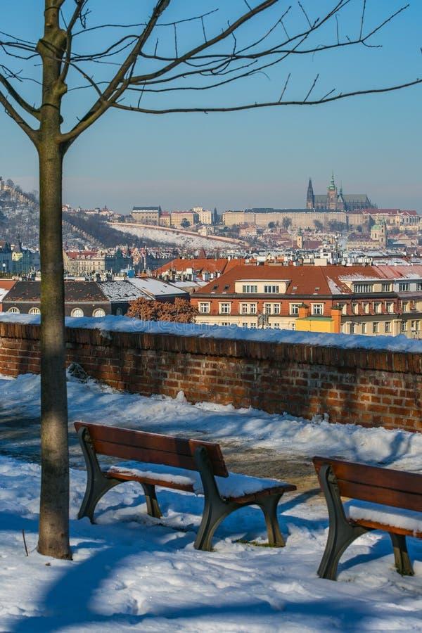 Φυσική άποψη της πόλης της Πράγας και του κάστρου της Πράγας στοκ εικόνα
