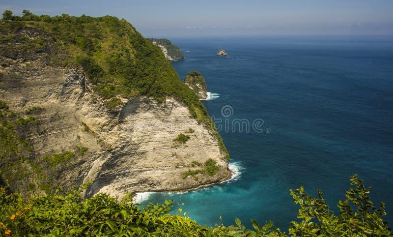 Φυσική άποψη τοπίων ακτών του ασιατικού νησιού παραδείσου με το όμορφο τυρκουάζ χρώμα θαλάσσιου νερού που περιβάλλεται από τους α στοκ φωτογραφία με δικαίωμα ελεύθερης χρήσης