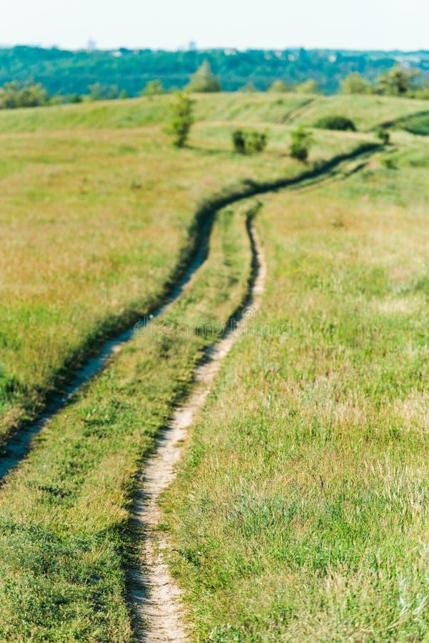 φυσική άποψη του αγροτικού τοπίου με την πορεία κατευθείαν στοκ εικόνες