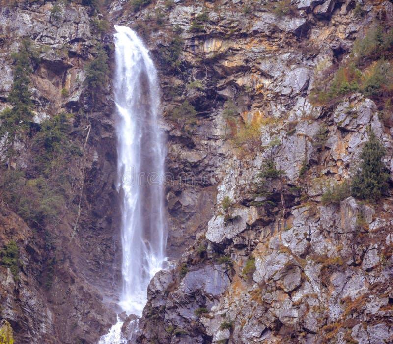 Φυσική άποψη του καταρράκτη στην κοιλάδα Naran Kaghan, Πακιστάν στοκ φωτογραφία