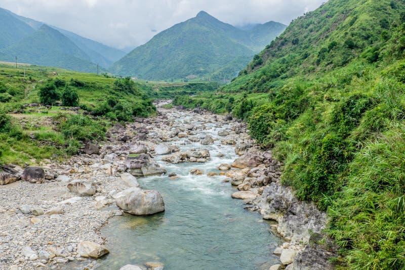 Φυσική άποψη του ρεύματος και των βουνών, Sapa, Βιετνάμ στοκ φωτογραφίες