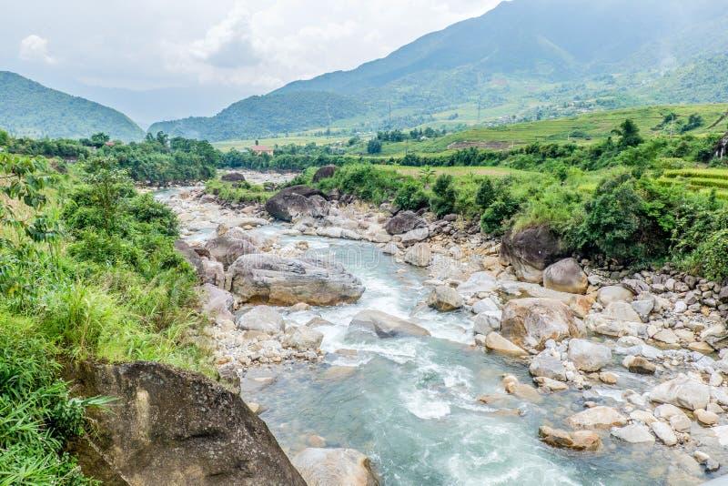 Φυσική άποψη του ρεύματος και των βουνών, Sapa, Βιετνάμ στοκ εικόνα