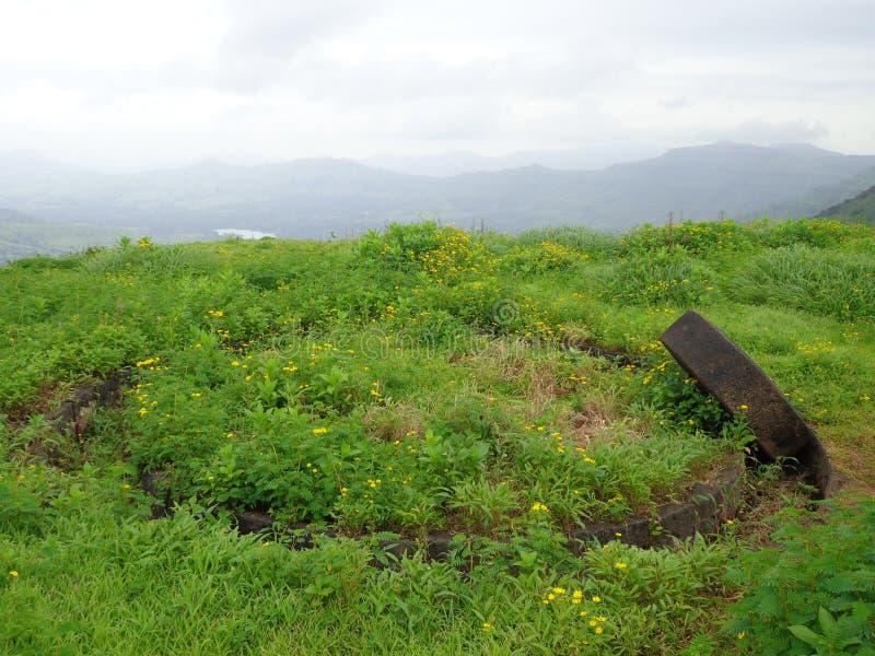 Φυσική άποψη του τοπίου πρασινάδων και των λόφων και του μπλε ουρανού στοκ φωτογραφία με δικαίωμα ελεύθερης χρήσης