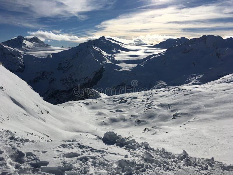 Φυσική άποψη του χιονώδους παγετώνα στα βουνά στοκ φωτογραφία με δικαίωμα ελεύθερης χρήσης