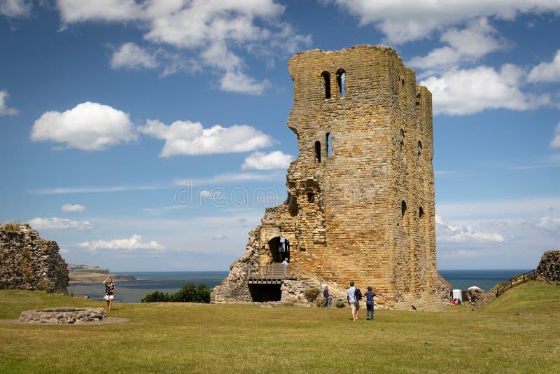 Φυσική άποψη των καταστροφών Scarborough Castle με το μπλε ουρανό και τα άσπρα σύννεφα, βόρειο Γιορκσάιρ, Αγγλία στοκ φωτογραφίες