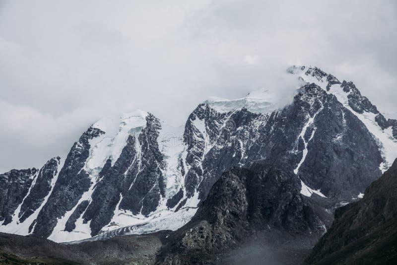 φυσική άποψη των μεγαλοπρεπών χιονωδών βουνών και της ομίχλης, στοκ φωτογραφία με δικαίωμα ελεύθερης χρήσης