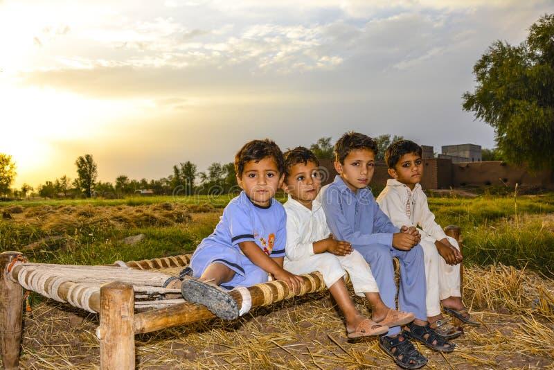 Φυσική άποψη των του χωριού παιδιών στην εποχή συγκομιδής σίτου στοκ εικόνα