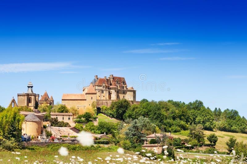 Φυσική άποψη Chateau de Biron ενάντια στο μπλε ουρανό στοκ φωτογραφία με δικαίωμα ελεύθερης χρήσης
