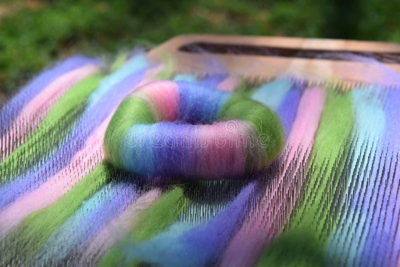 Φυσική ίνα μαλλιού rolag σε έναν συνδυάζοντας πίνακα στοκ φωτογραφίες