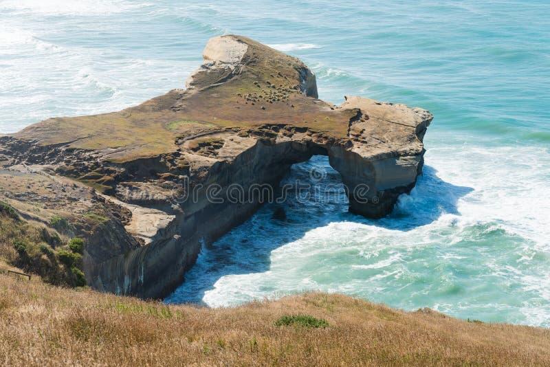 Φυσική αψίδα στην παραλία σηράγγων στοκ εικόνες με δικαίωμα ελεύθερης χρήσης
