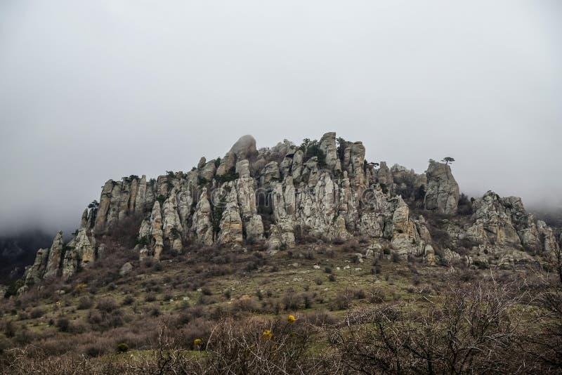 Φυσική δύσκολη κορυφογραμμή στα βουνά την άνοιξη στοκ εικόνες