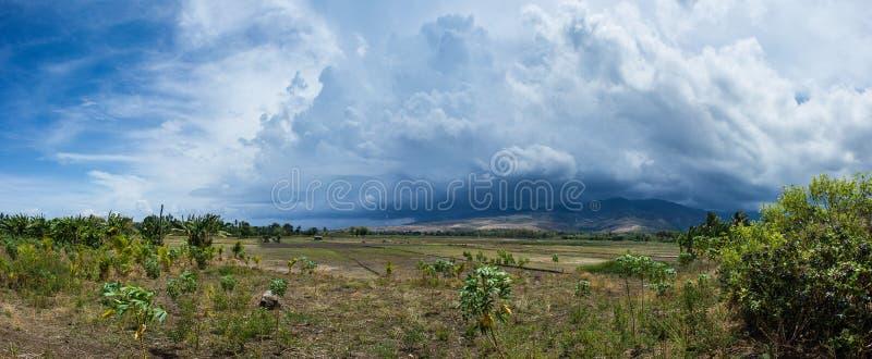 Φυσική εικόνα τοπίων του εδάφους και του βουνού στο βαθύ χωριό στα νησιά Flores κατά τη διάρκεια της νεφελώδους και θυελλώδους ημ στοκ εικόνες