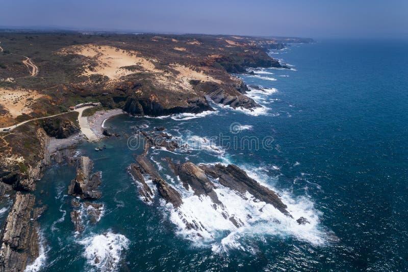 Φυσική εναέρια άποψη του λιμανιού αλιείας Lapa DAS Pombas κοντά στην παραλία Almograve, στο Αλεντέιο, Πορτογαλία στοκ εικόνες