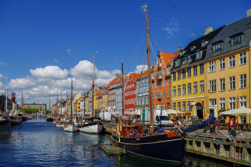 Φυσική θερινή άποψη της αποβάθρας Nyhavn με τα παλαιά κτήρια, σκάφη στοκ εικόνα με δικαίωμα ελεύθερης χρήσης