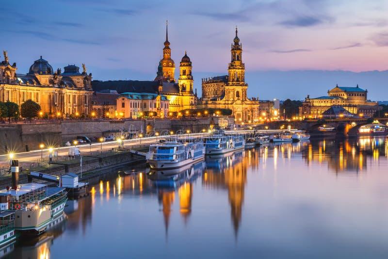 Φυσική θερινή άποψη της παλαιάς πόλης αρχιτεκτονικής με το ανάχωμα ποταμών Elbe στη Δρέσδη, Σαξωνία, Γερμανία στοκ φωτογραφία με δικαίωμα ελεύθερης χρήσης