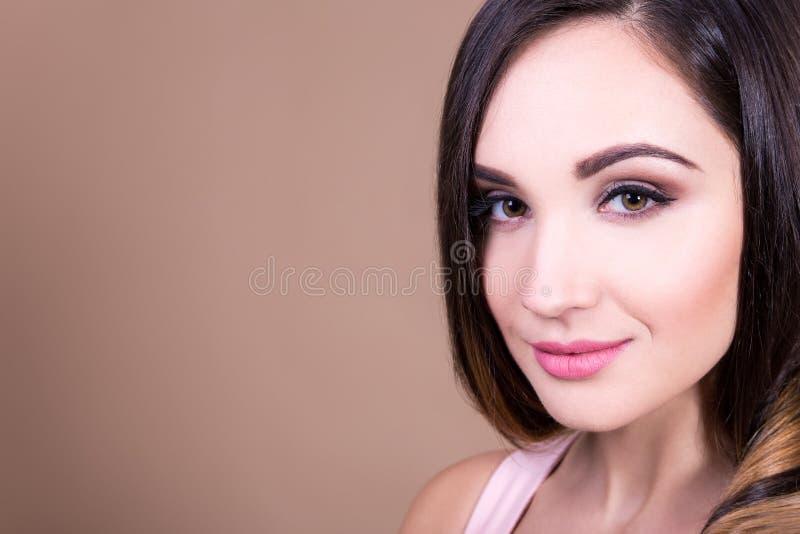Φυσική θηλυκή έννοια ομορφιάς - το πορτρέτο της όμορφης γυναίκας κοιτάζει στοκ φωτογραφίες με δικαίωμα ελεύθερης χρήσης