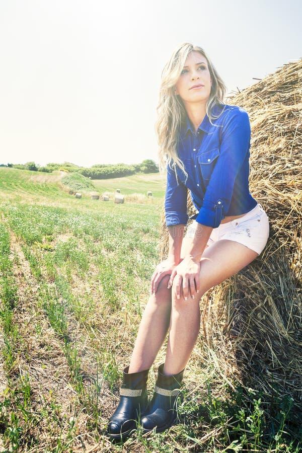 Φυσική καθαρή και όμορφη ξανθή γυναίκα κοριτσιών haystack στοκ φωτογραφία με δικαίωμα ελεύθερης χρήσης