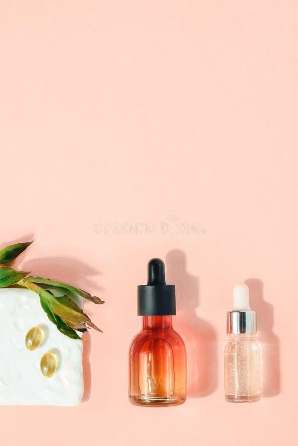 Φυσική καλλυντική έννοια Έννοια υγειονομικής περίθαλψης ομορφιάς δερμάτων Το βιο οργανικό επίπεδο προϊόντων ορών βρέθηκε στοκ εικόνα