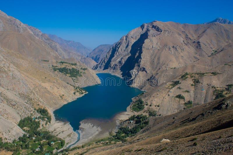 Φυσική λίμνη στην κοιλάδα επτά λιμνών στα βουνά ανεμιστήρων Pamir, Τατζικιστάν στοκ φωτογραφίες