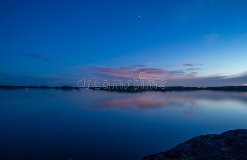 Φυσική νυχτερινή άποψη σχετικά με τη θάλασσα στοκ εικόνες