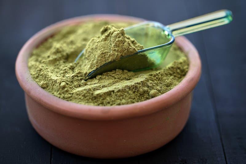 Φυσική ξηρά Henna σκόνη στο κύπελλο στοκ φωτογραφία