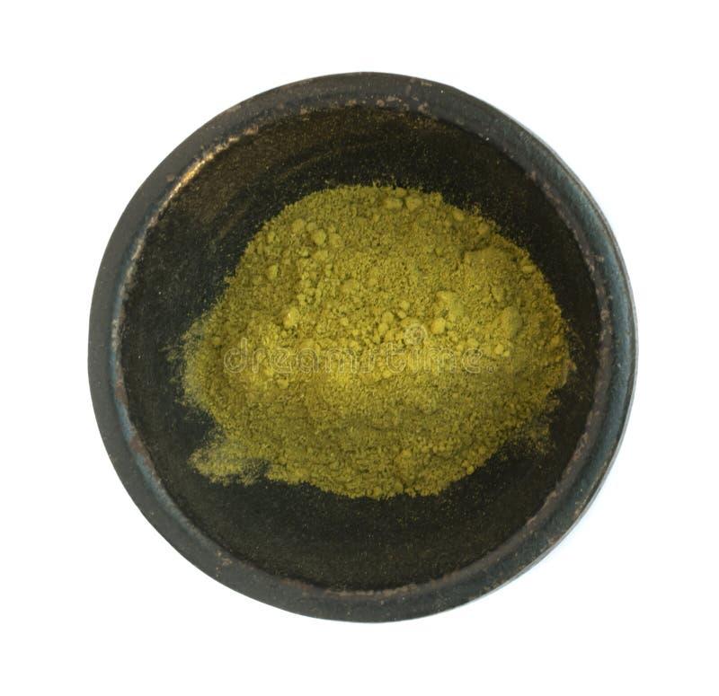 Φυσική ξηρά Henna σκόνη στο μαύρο στρογγυλό κύπελλο που απομονώνεται στοκ εικόνες με δικαίωμα ελεύθερης χρήσης