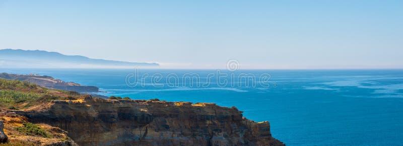 Φυσική πανοραμική άποψη Seascape με τους απότομους βράχους και φύση στην ακτή της θάλασσας ή του ωκεανού στοκ φωτογραφία με δικαίωμα ελεύθερης χρήσης