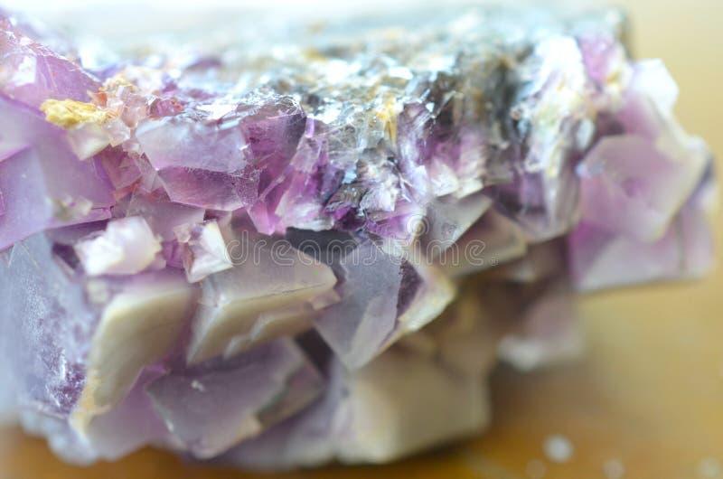 Φυσική πορφυρή κυβική συστάδα φθορίτη Πορφυρό φυσικό κρύσταλλο φθορίτη, όμορφος φθορίτης για τα πλέγματα! Προστατευτικός, σταθερο στοκ εικόνα