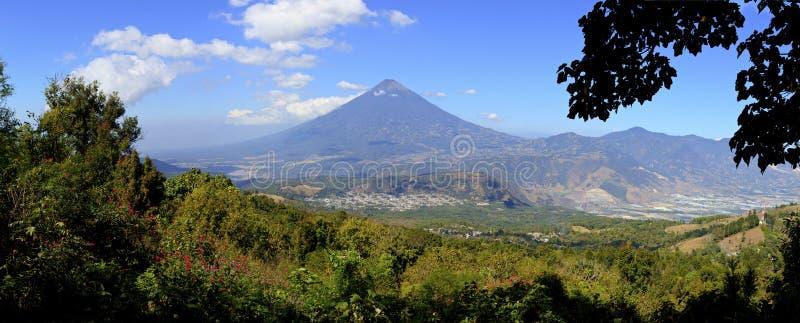 Φυσική όψη του ηφαιστείου Agua όπως βλέπει από τις κλίσεις του ηφαιστείου Pacaya στοκ εικόνες