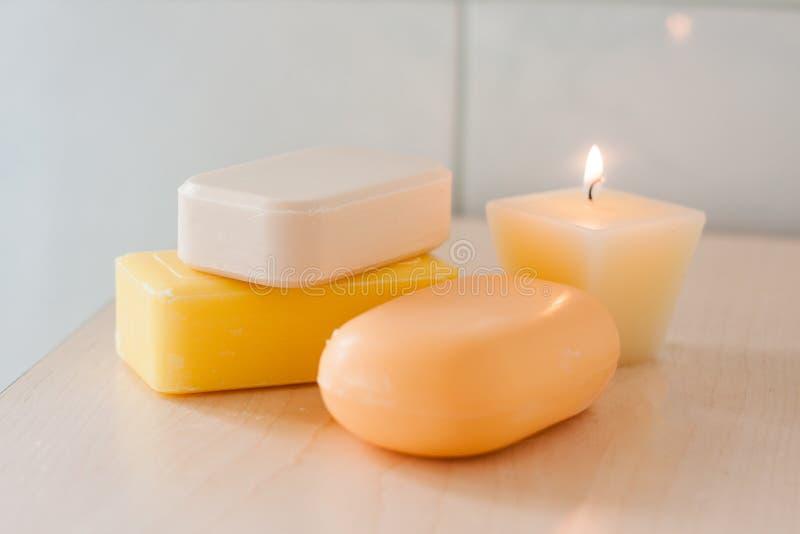 Φυσικοί φραγμοί σαπουνιών και ένα κερί στοκ εικόνες με δικαίωμα ελεύθερης χρήσης